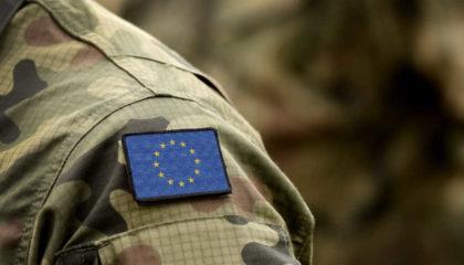 Épaule D'un Militaire Avec Le Drapeau De L'Union Européenne